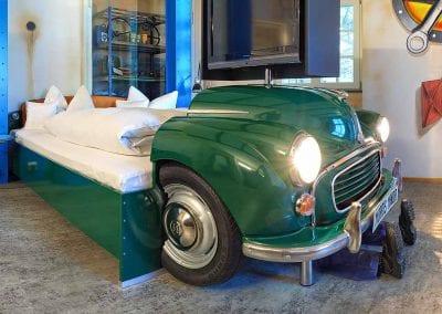 V8Hotel - Themenzimmer Werkstatt, Autowerkstatt. V8 HOTEL - MOTORWORLD Region Stuttgartauf dem Flugfeld Boeblingen.