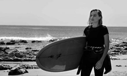 Margot Robbie cambia la alfombra roja por un neopreno y una tabla de surf